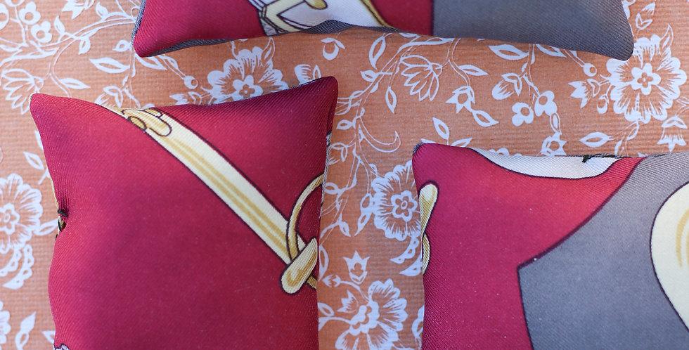 Lavendelpose av Hermès silkeskjerf