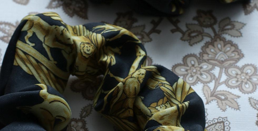 Schrunks sydd av vintage silkeskjerf