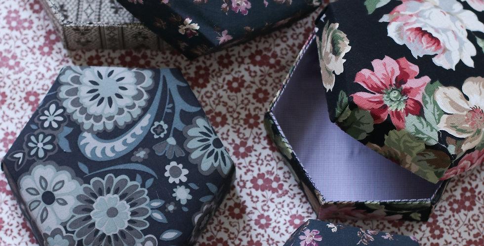 Pedari boks hexagon i sort med blomster
