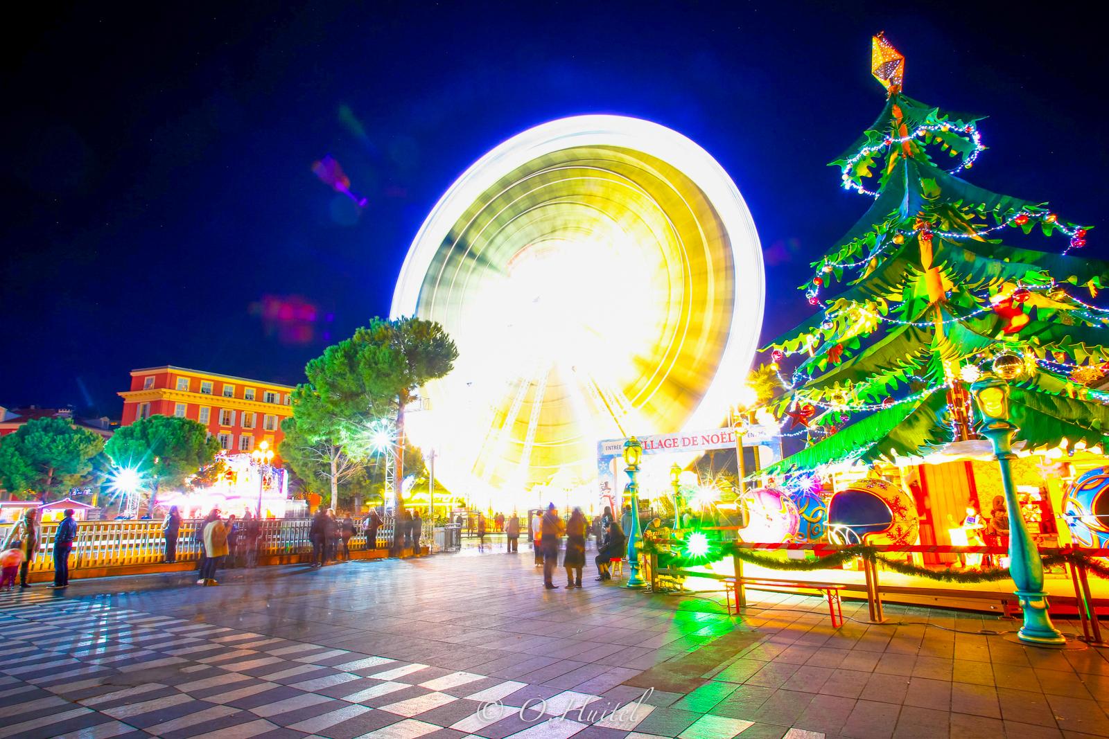 Noël illumine la Place Masséna.