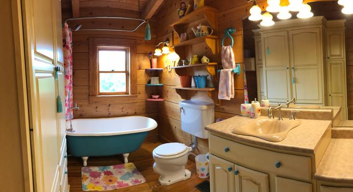 Lodge bathroom claw tub