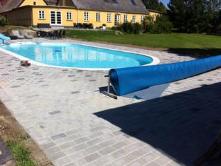 Terrasse omkring pool