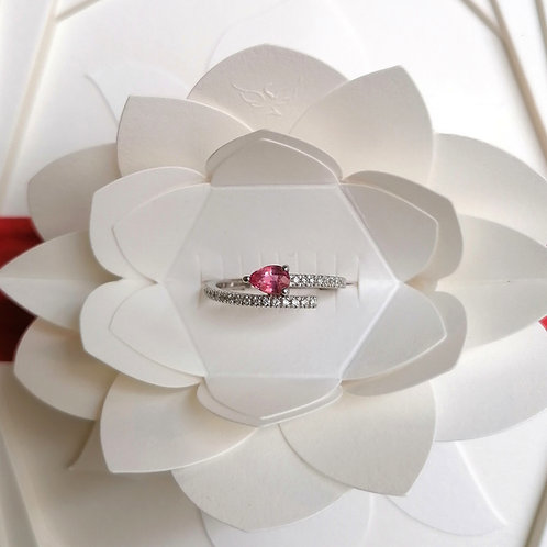 Bague en or blanc 750/1000 saphir rose poire et diamants