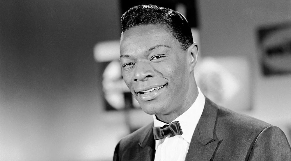 Nat King Cole, chanteur et pianiste de Jazz que l'auteur écoute souvent en écrivant.