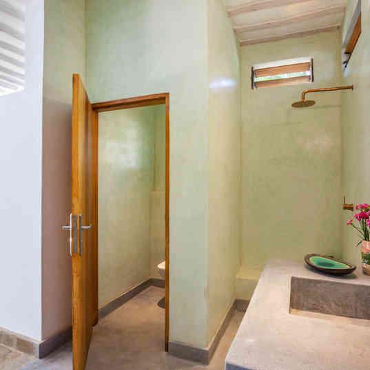 Marula House on the Beach - The bathroom