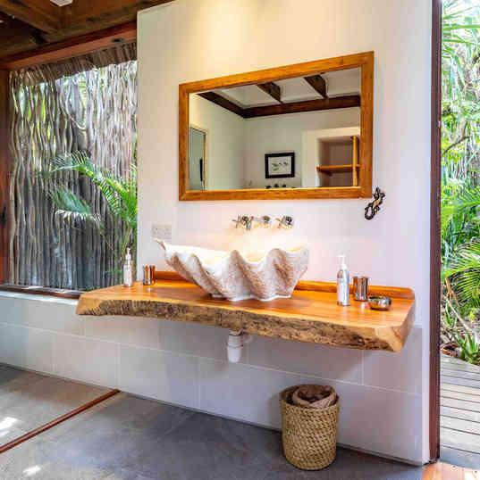 Azhari Beach Suite - The bathroom