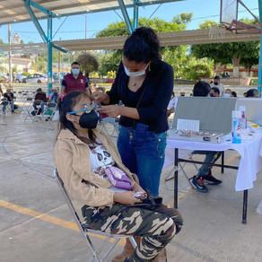 Entregan lentes SEDIF y Beneficencia Pública a habitantes de la Mixteca