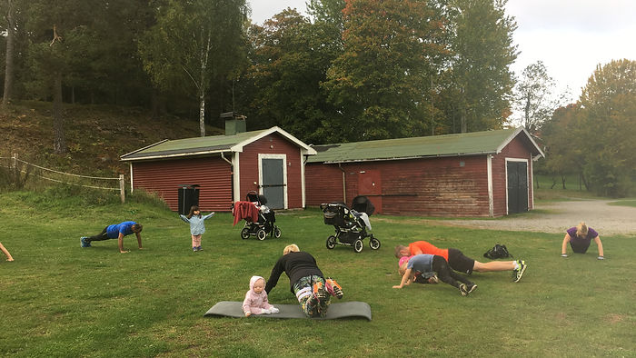 Familjeträning Tyresö, familj tränar tillsammans utomhus