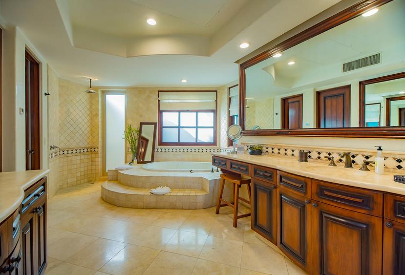 Villa Las Arenas Bath.jpg
