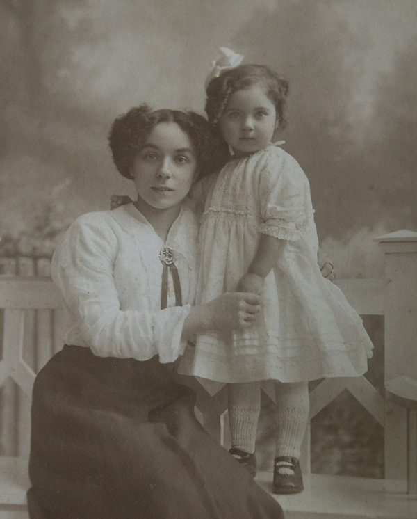 Young mother and Daughter 1915.jpg