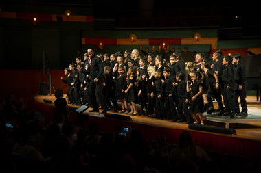 Lee Gwozdz and The Symphony Viva Children Chorus