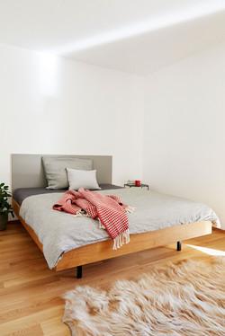 Bett mit Linoleum-Rückwand