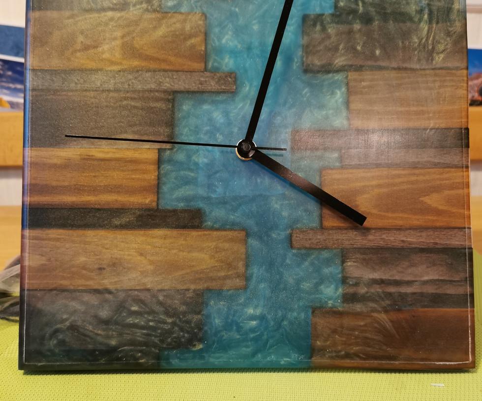 Handmade Uhr aus Resin und Holz