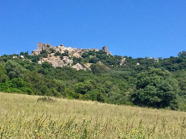 Burgdorf Castellar, eingebettet im Natur