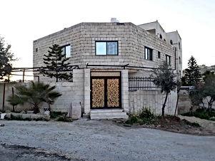 شقة طابق ارضي في الزرقاء حي الجبر قوشان مستقل ومدخل مستقل