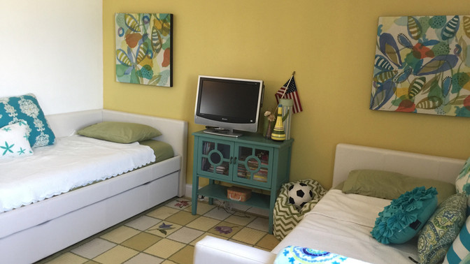 R - Third Bedroom with 2 single beds and