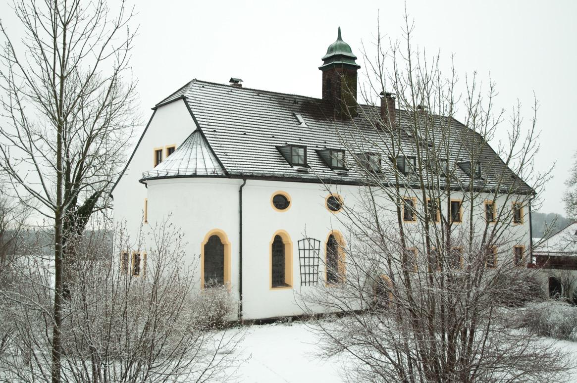 Das Schloss von vorne mit Kapelle