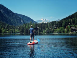 sup-standup-paddle-plage-valais-famille-balade-lac-alpe