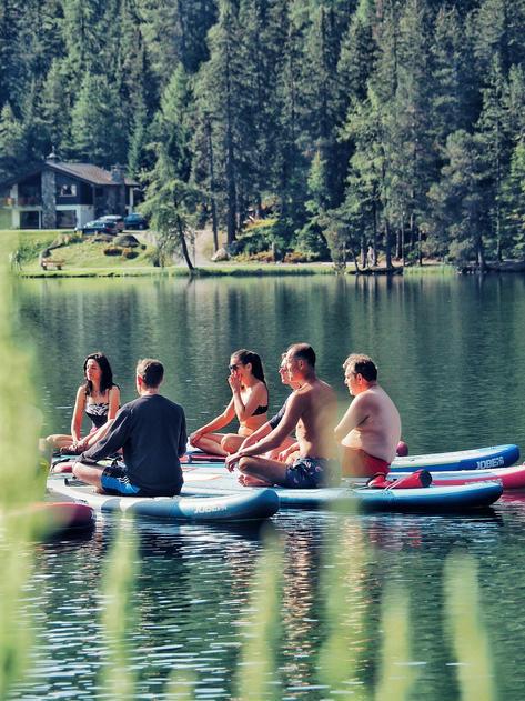 yoga-paddle-enterrement-vie-jeune-fille-activité