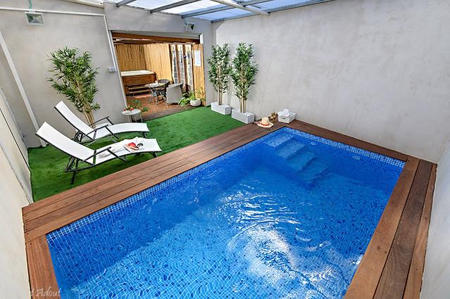 בריכת שחייה פרטית מחוממת ומקורה