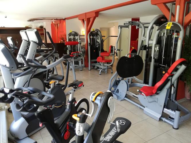 Fitnesstudio, diverse Aufwärmgeräte