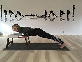 Yoga med hovedet nedad på en hovedstandsstol. Yoga hos Krab-BjerreYoga Struer