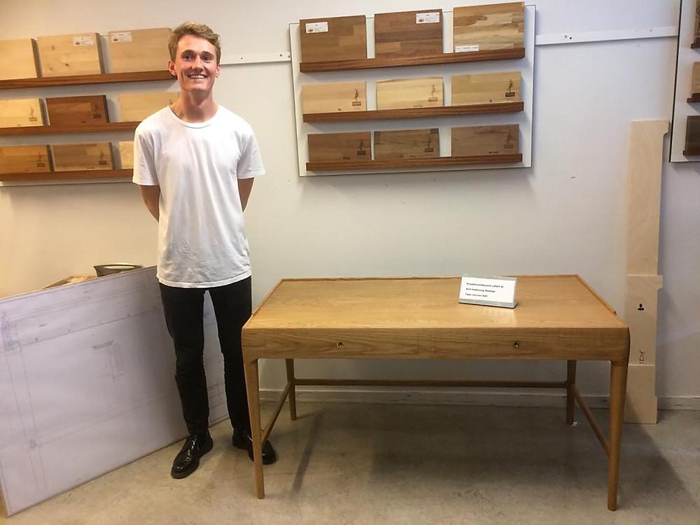 Emil vandt sølvmedaljen til sin eksamen. Det flotte skrivebord var årsagen.