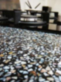 Køkkenbordplader er i dag ikke kun laminat og træ. Der findes et hav af muligheder og materialer. Terrazzo er altid flot. Specielt til køkkener i massiv træ som her. Egetræskøkken fra Tage Laursen ApS