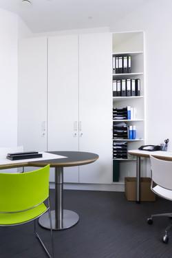 Arbeitstisch Arztpraxis Funktionsmöbel Hygieneoberfläche Wandschrank