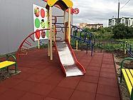 резиновая плитка из резиновой крошки на детской площадке