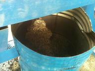 металический корд отобронный из резиновой крошки попадает в спецыальную емкость