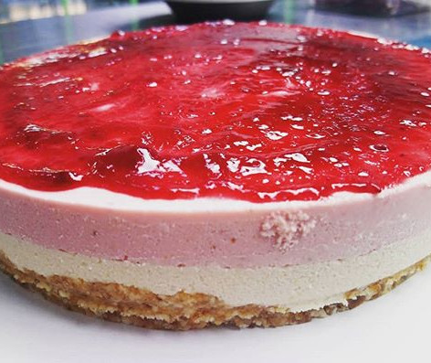 """Double layer """"no cheesecake"""" with strawberries"""
