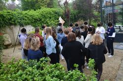 Activité collective dans le jardin