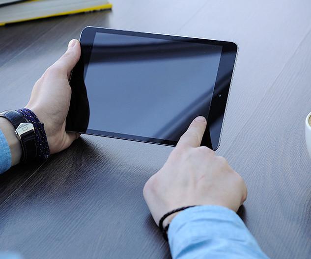 Person using ipad, blank screen