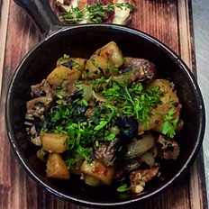 Картофель жареный на сале с чесноком
