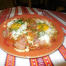 Яичница на сале с помидорами и луком