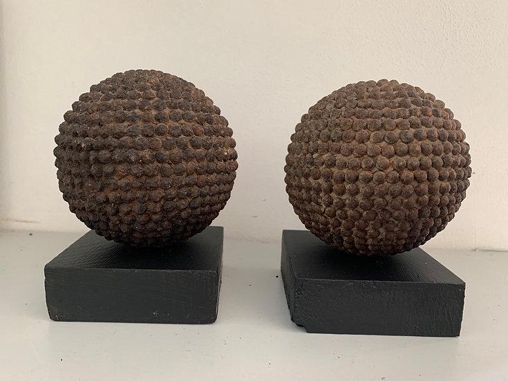 Anciennes boules lyonnaises sur socle