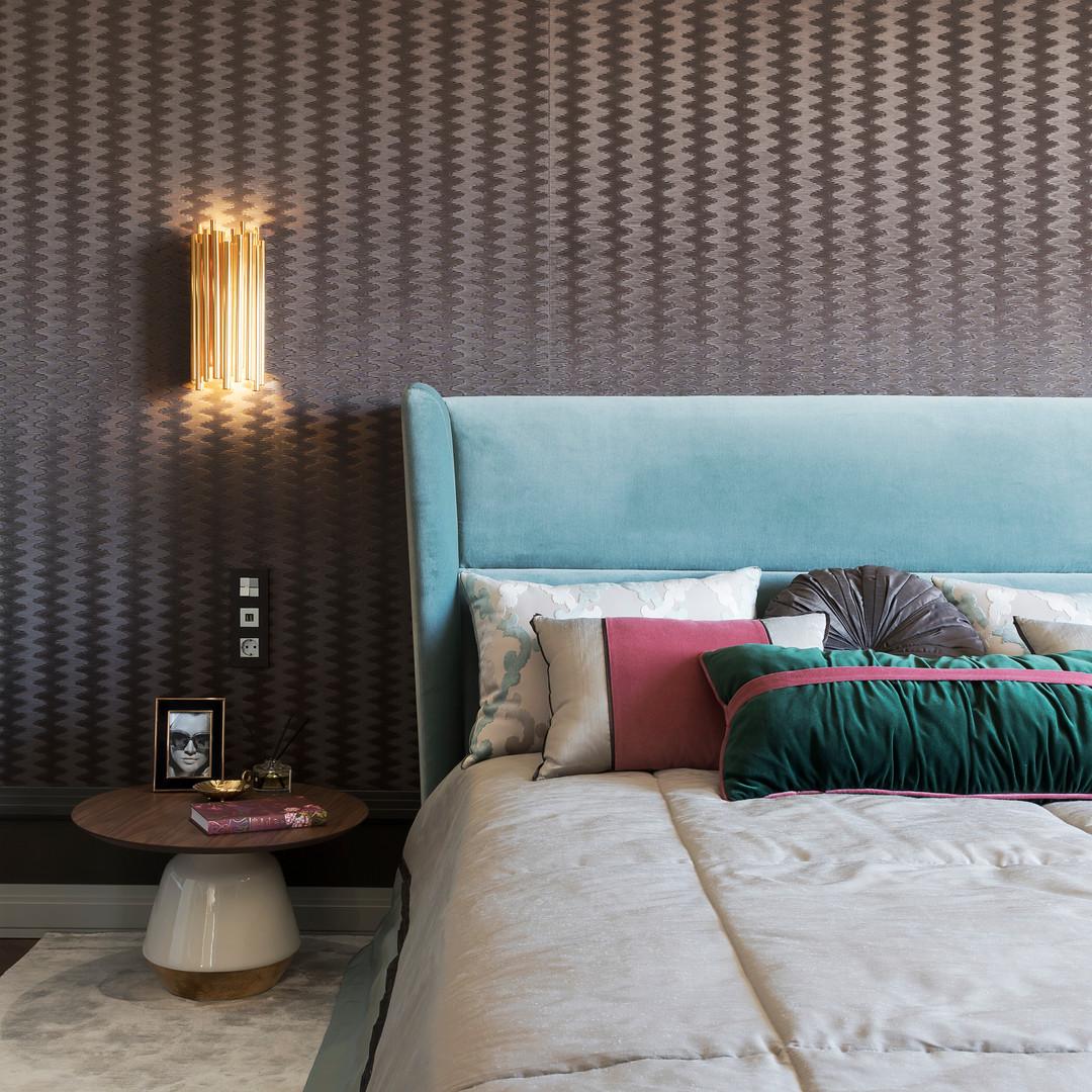 спальня с берюзовой кроватью