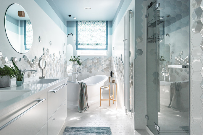светлая ванна с окном