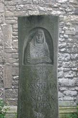 Roswitha-Gedenkstein - Teil.JPG