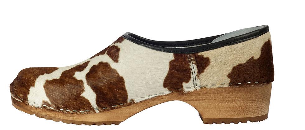 Holzschuh mit Kuhfell braun/weiß und geschlossener Ferse