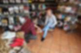 Frontale Aufnahme eines Kunden der Holzschuhe kauft