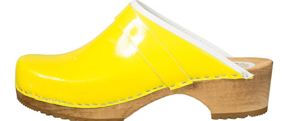 Holzclog in Gelb und offener Ferse