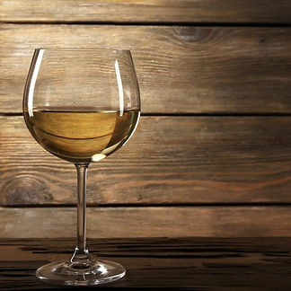 adesivi-calice-di-vino-bianco-su-tavola-di-legno-su-sfondo-parete-in-legno_edited.jpg