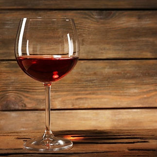 adesivi-calice-di-vino-rosso-sul-tavolo-