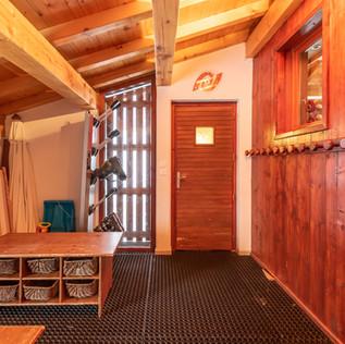 Grande entrée du chalet avec  son sèche chaussures de skis, ses bancs pour chausser ses chaussures, et ses 12 petits paniers pour disposer ses accessoires de  ski