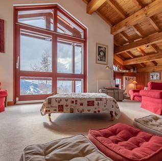Le salon avec sa grande baie vitrée donnant sur un grand balcon