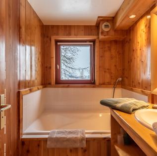 Salle de bains des chambres 3 et 4. Elle dispose d'une fenêtre, comme le WC indépendant attenant