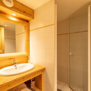Salle de bains douche et son WC attenante à la chambre 5