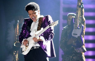 """Bruno Mars sorprendió en los Grammy con su versión de """"Let's Go Crazy"""" de Prince"""